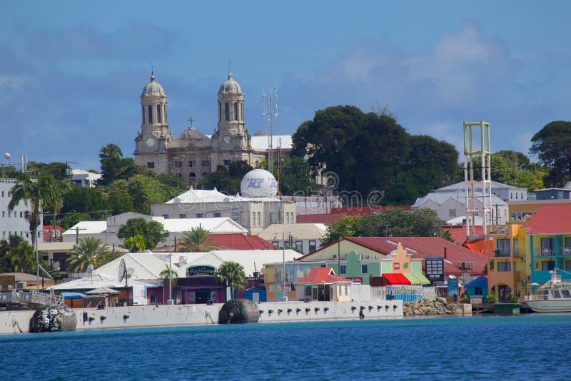 Västra Indies som är karibiska, Antigua, St Johns, sikt av St Johns från hamn arkivbilder