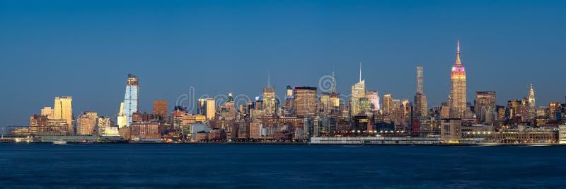 Västra Manhattan för Midtown upplysta skyskrapor på skymning, New York arkivfoton