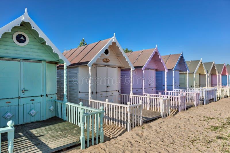 VÄSTRA MERSEA, ESSEX/UK - JULI 24: Strandkojor på västra Mersea på arkivbilder