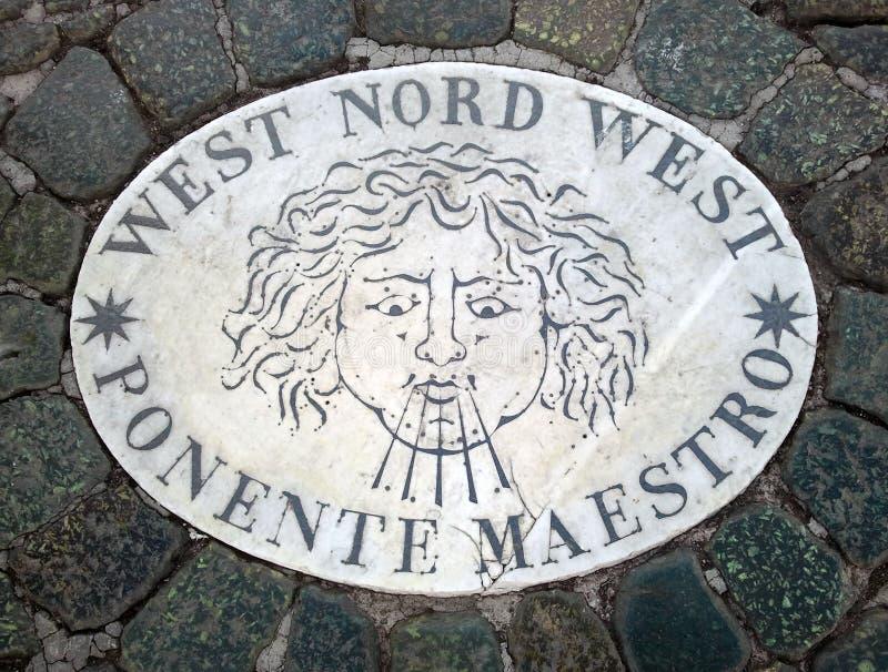 Västra Nord västra västra nordvästligt - ett huvud som symboliserar riktningen av vinden En forntida bild på en marmortjock skiva arkivfoto