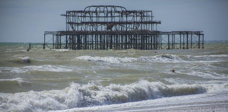 Västra pir, Brighton, England - vågor och blåa himlar arkivfoton