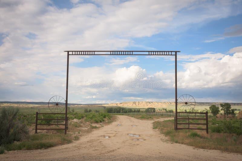 Västra platsförsommarlandskap av portingången till en Colorado ranch royaltyfri fotografi