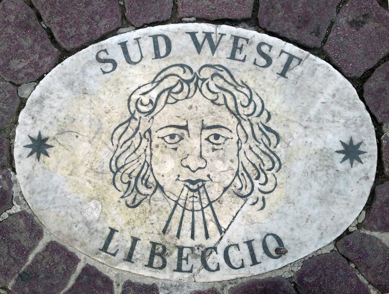 Västra södra västra för Sud - ett huvud som symboliserar riktningen av vinden En forntida bild på en marmortjock skiva i fyrkant  fotografering för bildbyråer