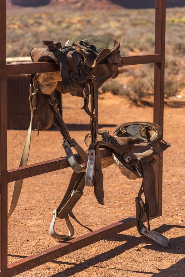 Västra sadlar på en portmonumentdal Arizona arkivbild
