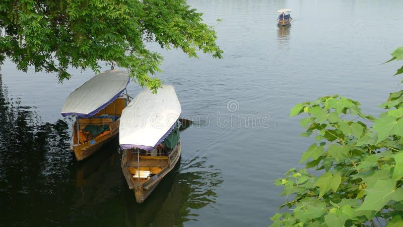 Västra sjö med fartyg i sommar royaltyfria bilder