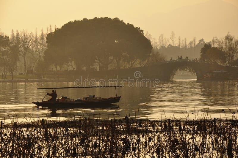 Västra sjösolnedgång Hangzhou arkivbilder