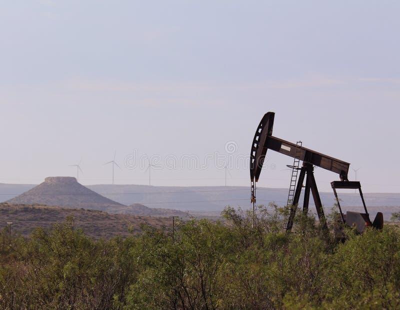 Västra Texas Pump Jack med Mesa royaltyfri bild