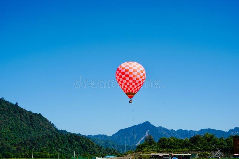 Väteballong som svävar i bergen arkivbilder