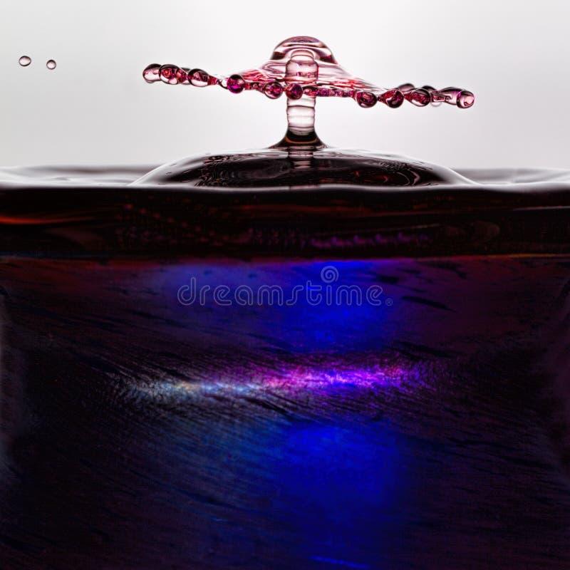Vätskedroppkonst - vattendroppe Shape royaltyfri foto