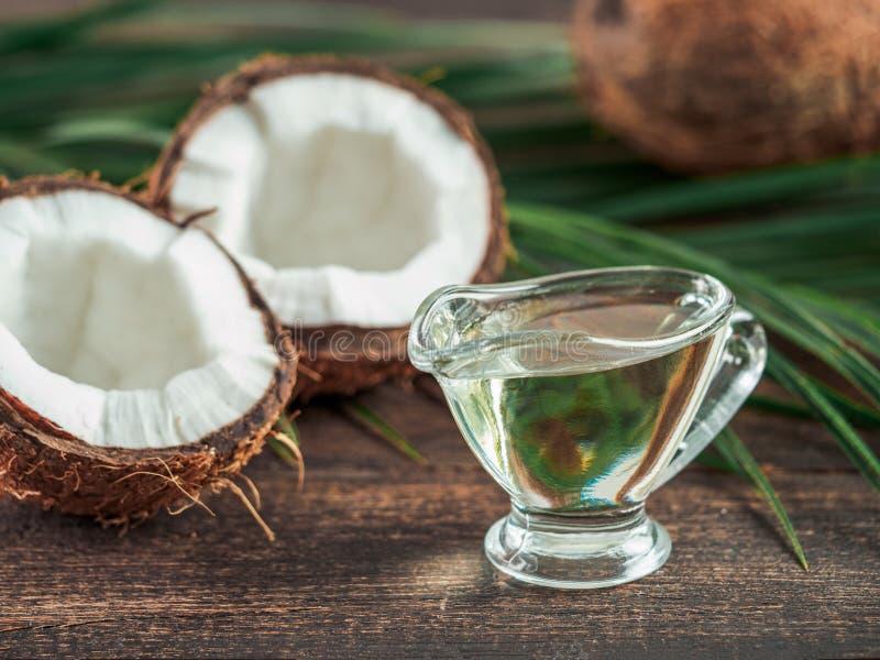 Vätskeolja för kokosnöt MCT arkivbild
