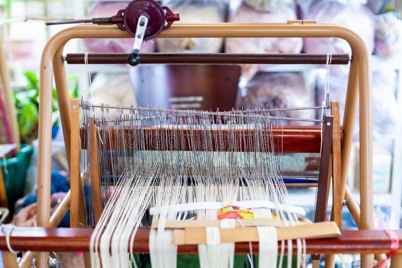 Väva maskinen eller hushållet som väver för att väva traditionella Tha royaltyfri bild