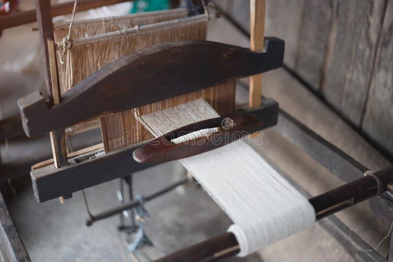 Väva och tillverkning av den handgjorda mattcloseupen Bruk för w arkivbilder