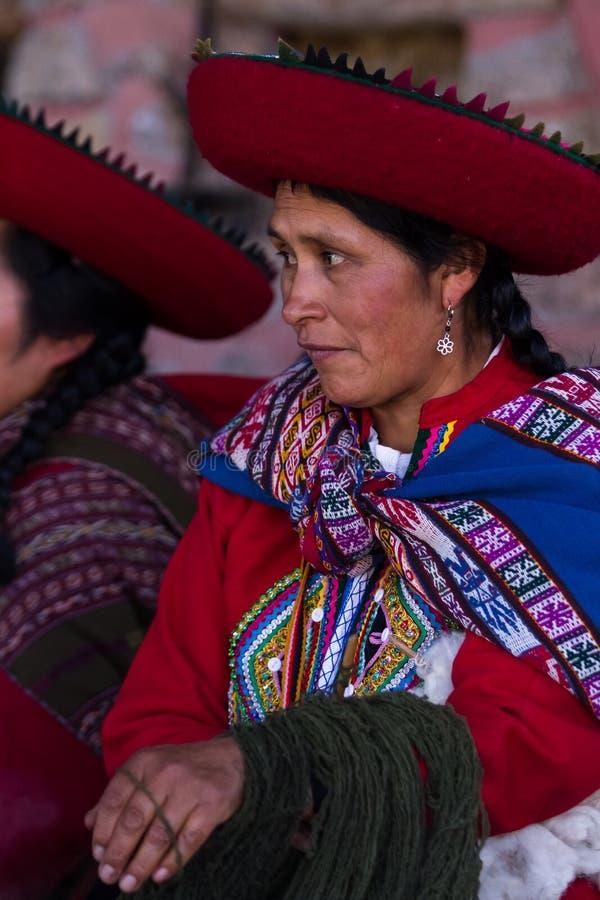 Vävarekvinna i Chinchero fotografering för bildbyråer