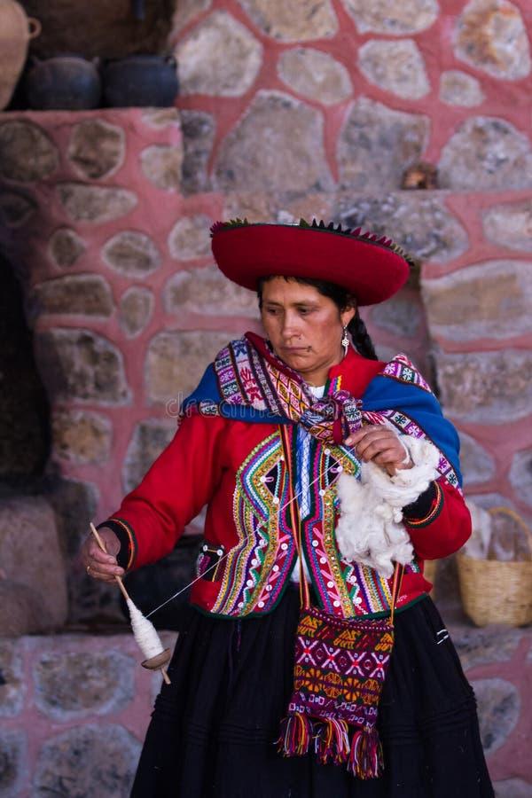 Vävarekvinna i Chinchero arkivfoto