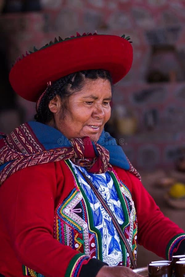Vävarekvinna i Chinchero arkivbilder