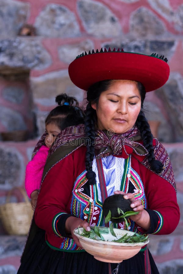 Vävarekvinna i Chinchero royaltyfri fotografi