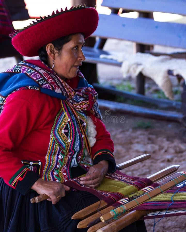 Vävarekvinna i Chinchero royaltyfria bilder