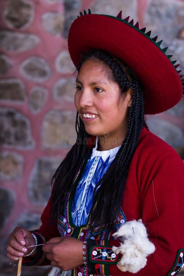 Vävarekvinna i Chinchero royaltyfri bild