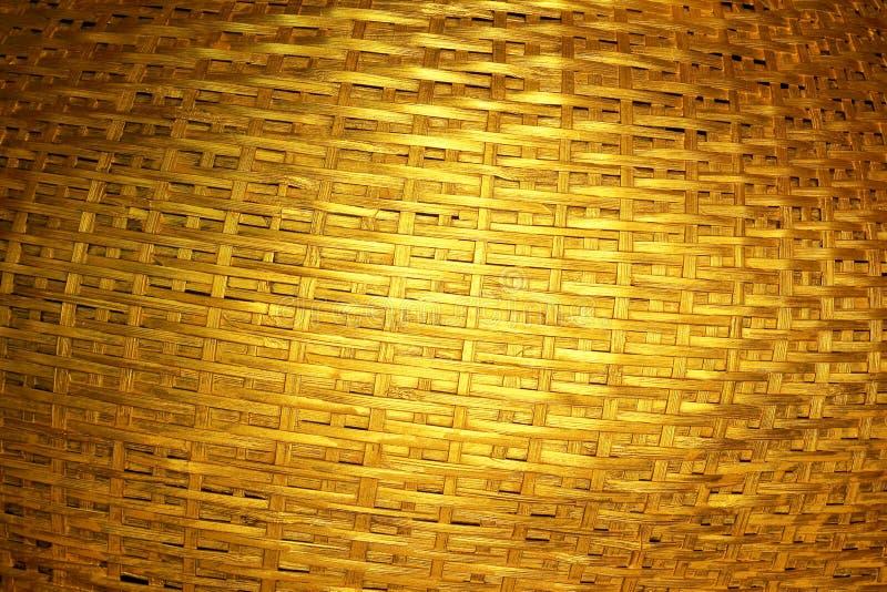 Vävd mörk guld- bambu arkivbild