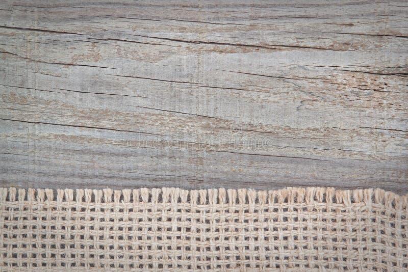 Vävd sackcloth på texturen av trät. arkivfoto