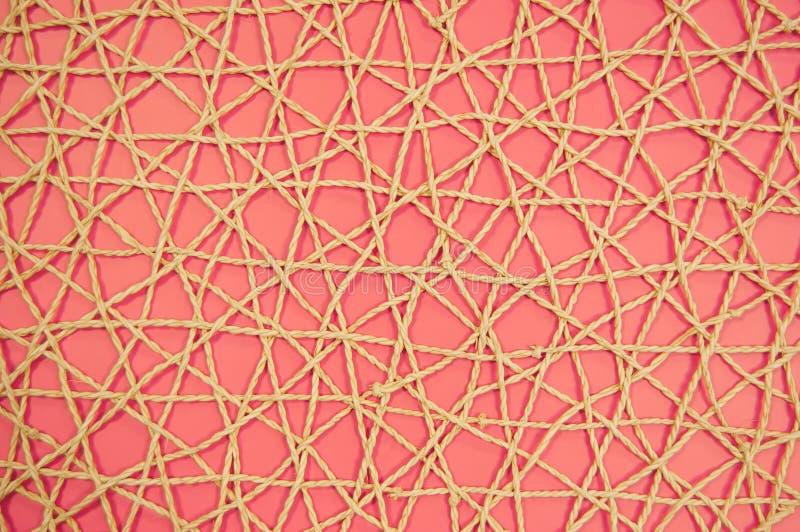 vävt ingrepp av konstgjort material på en rosa bakgrund royaltyfri bild