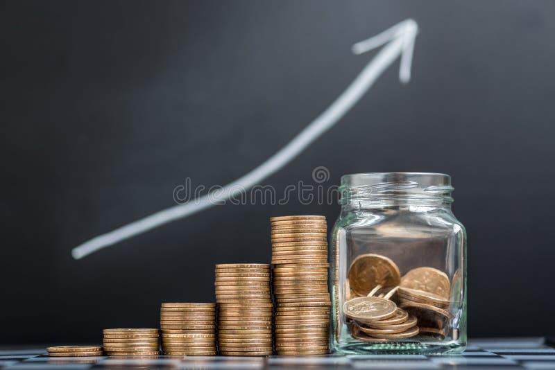 Växande bunt av mynt arkivfoto