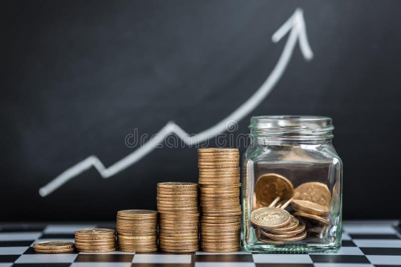 Växande bunt av mynt arkivfoton