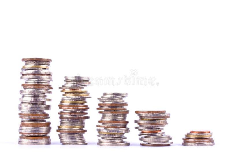 Växande pengar graph på en rad av myntet och högen av den isolerade badmyntbunten på den vita bakgrundsfinansaffären fotografering för bildbyråer