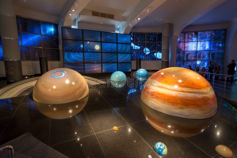 Växelverkande åtlöje av solsystemet i museumuranplanetariet i Moskva, Ryssland arkivfoton