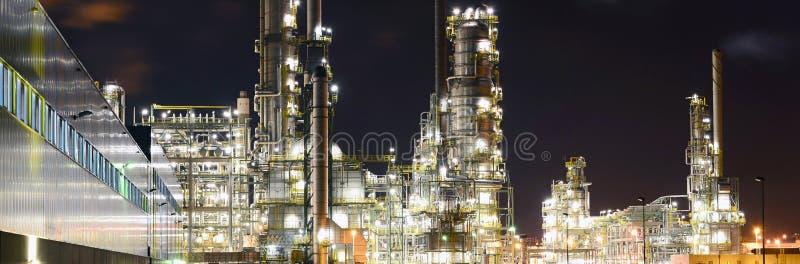 Växt för kemisk bransch på natten - byggnad av en fabrik för royaltyfri foto