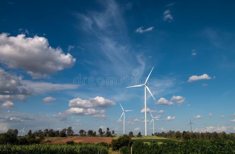 Växt för vindturbin och blå himmel royaltyfria bilder