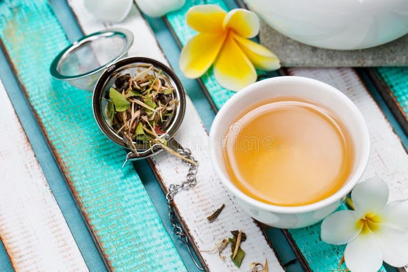 Växt- grönt te i den vita koppen kopiera avstånd arkivfoto