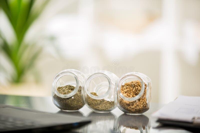 Växt- medicin - krus av örter på tabellen arkivfoto