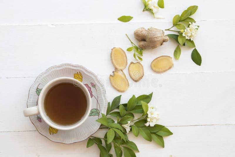 Växt- sund drink för varm ljust rödbrun fruktsaft från naturen arkivbild