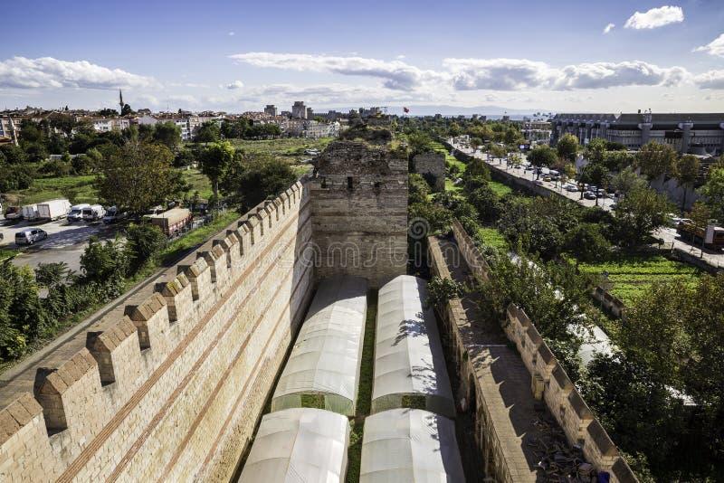 Växthus och jordbruksdrift nära den Yedikule fästningväggen fördärvar royaltyfria foton