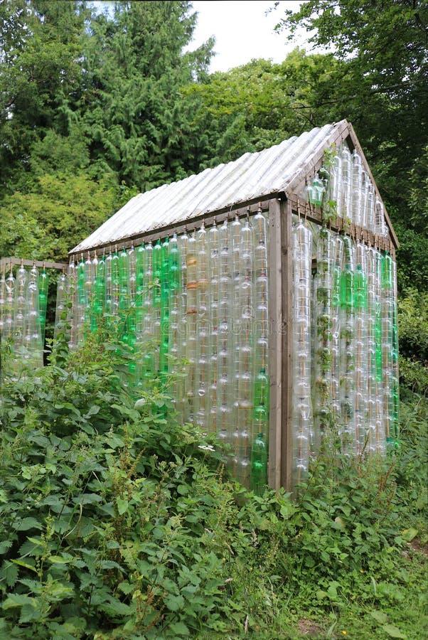 Växthus som göras av gamla plast- flaskor arkivbilder
