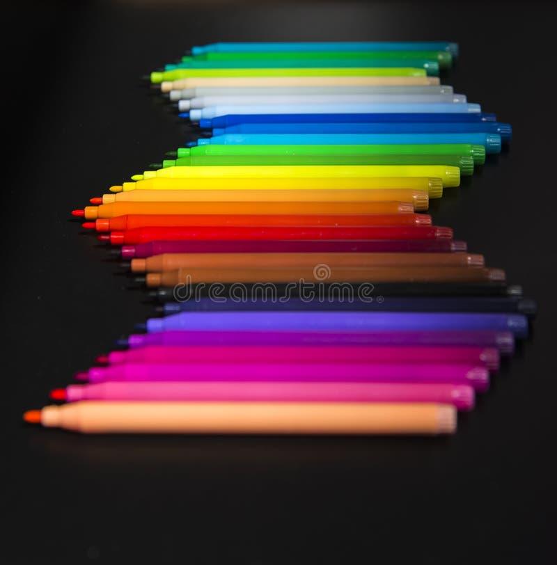 Våg av den färgrika magiska tillverkaren på svart bakgrund royaltyfri fotografi
