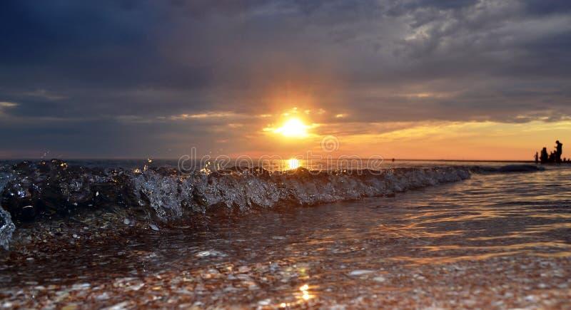 Våg i solnedgång i den Black Sea stranden arkivbild