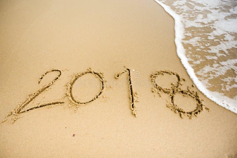Våg med 2018 texter på sanden arkivbilder