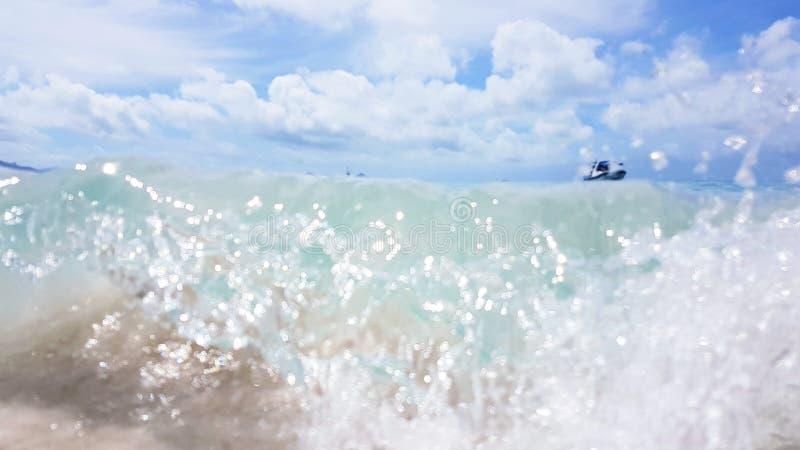 Våg på den kommande vita himmelstranden för våg pingstdagön i Australien royaltyfri foto