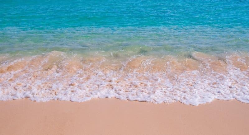 Våg på den tropiska sandiga stranden royaltyfria bilder