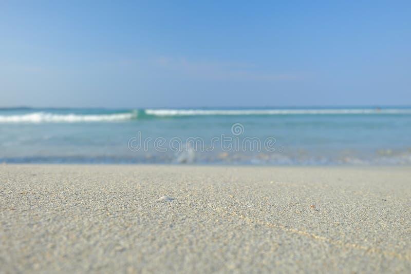 Våg på den vita sanden för strand arkivfoton