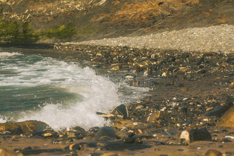 V?g p? en stenig strand arkivbilder