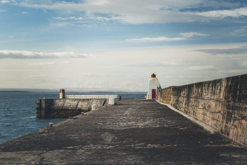 Vågbrytare i Burghead, skotsk Skotska högländerna arkivbild