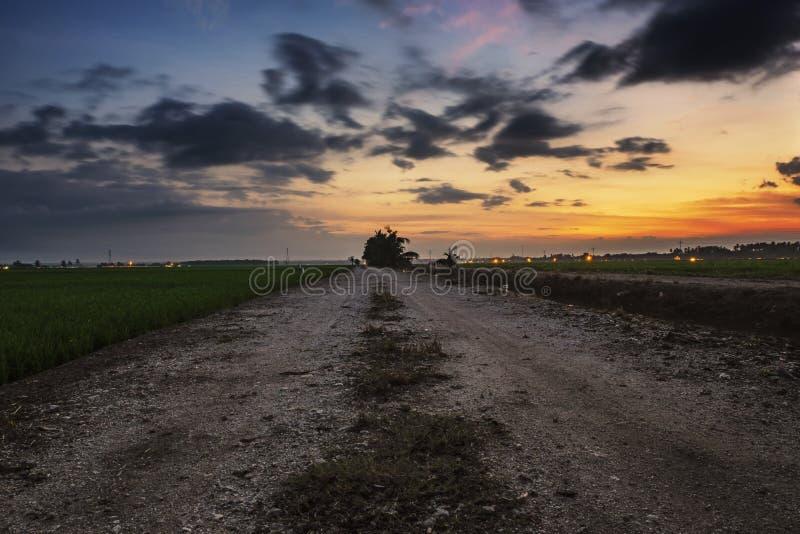Vågbrytare och härligt havssiktslandskap över att bedöva soluppgång royaltyfri bild