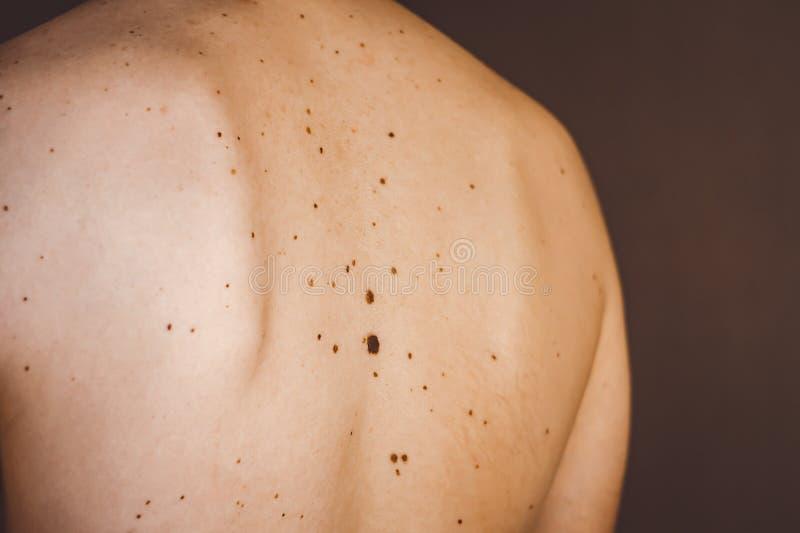 Vågbrytare på baksidan av en man arkivfoto