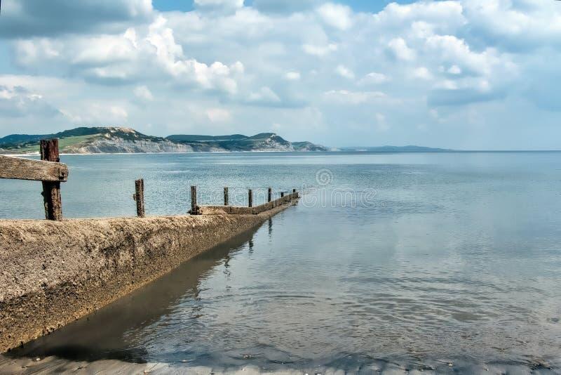 Vågbrytare på Lyme Regis fotografering för bildbyråer