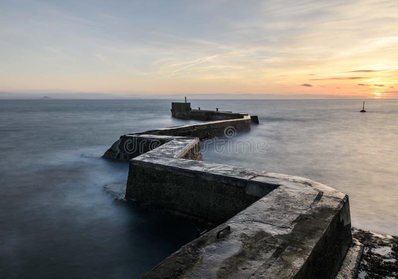 Vågbrytarepir för St Monans, pickolaflöjt Skottland royaltyfri foto
