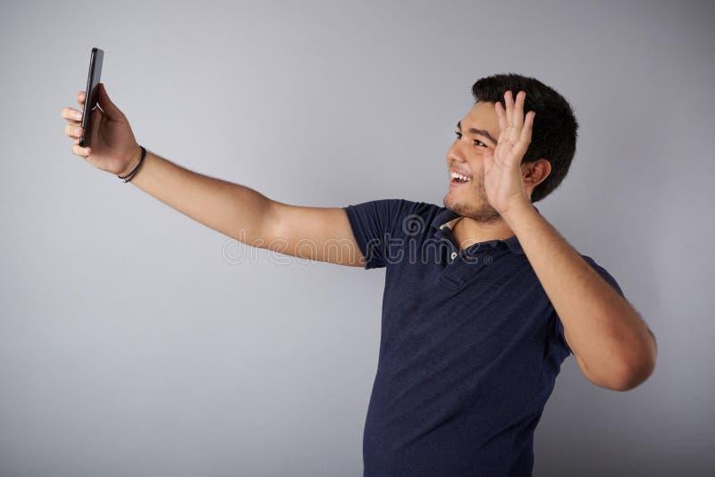 Våghand för ung man in i videopappell arkivfoto