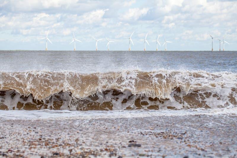 Vågmakt och styrka av naturen Förnybara energikällor och hållbart royaltyfri foto